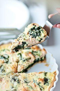 Tarta ze szpinakiem i łososiem  z sosem beszamelowym. Do tarty można też wykorzystać razowy kruchy spód.     Składniki, 8 porcji:  •1/2 por...