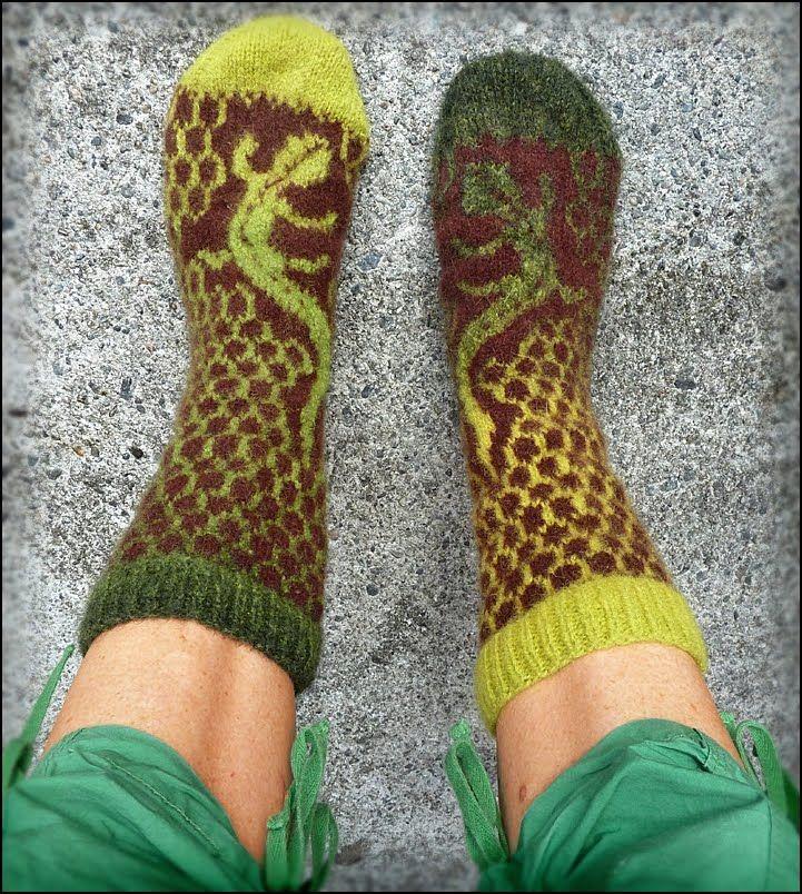 Google Image Result for http://3.bp.blogspot.com/_TAxxIYzE6gE/TGZGMpfos3I/AAAAAAAAFFE/ZnlfIDQBJh4/s1600/lizard%2Bsocks%2Bkauni.jpg amazing socks knitted with Kauni