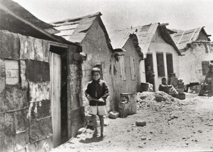 1923-1924. Εικόνες από τις πρώτες εγκαταστάσεις στους συνοικισμούς γύρω από την Αθήνα. Προσωρινές λύσεις που έμελλαν να διατηρηθούν για αρκετά χρόνια © Κέντρο Μικρασιατικών Σπουδών