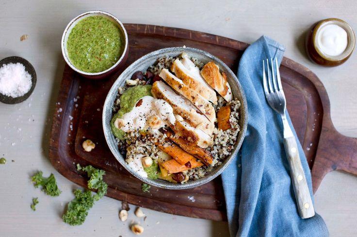 Å servere hele middagen i én porsjonsbolle er ikke bare populært, det er også praktisk. Kylling og quinoa med ovnsbakte rotgrønnsaker, grønnkålpesto og rømme er et godt sted å starte.