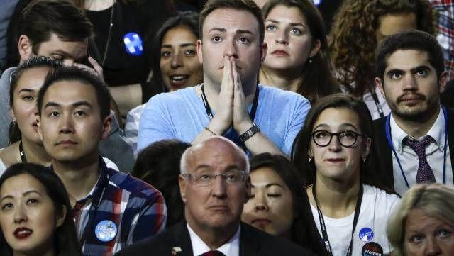 Seguidores de Hillary Clinton siguen el recuento por televisión en Nueva York.