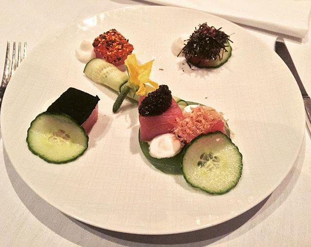 O jantar de ontem foi nas alturas! No 35°andar do Mandarin Oriental Hotel, o Restaurante Asiate oferece uma linda vista da cidade 🌃. O 4 course menu é composto por uma entrada fria, uma entrada quente, um prato principal e uma sobremesa e cada uma tem entre 4 e 6 opções para vc escolher. Minha primeira entrada foi Big Eye Tuna Sashimi - três  sashimis de atum, cada um com um tempero diferente: um de pepino, o outro com iogurte e outro com caviar sturgeon. O prato estava bastante sem graça…