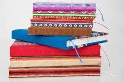 Cuadernos hechos a mano con papel ecológico de tala responsable y encuardenados con textiles.