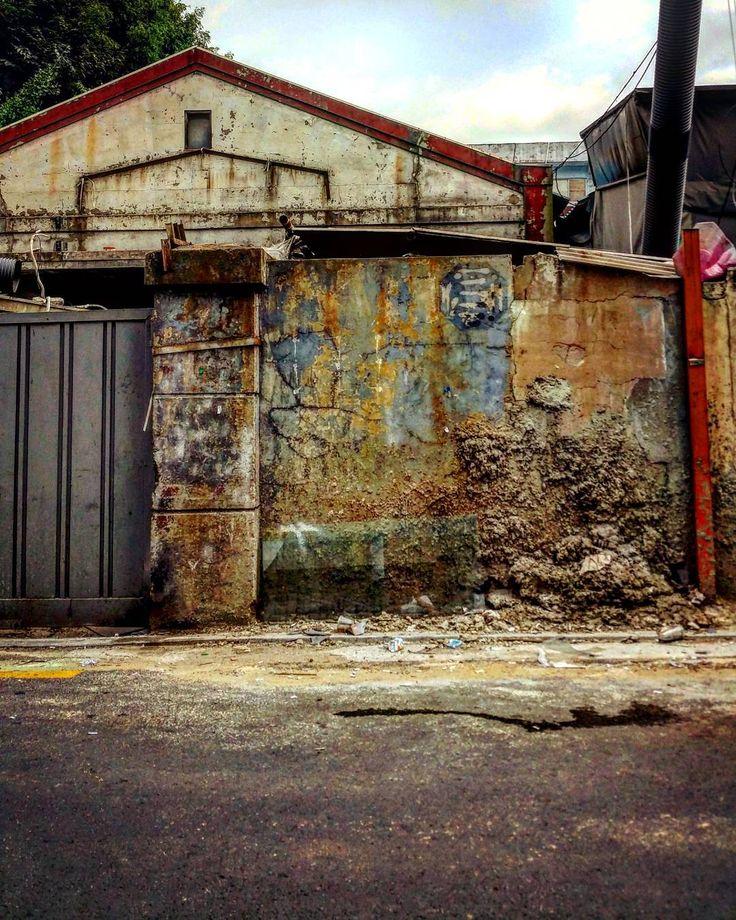 """""""#성수동#벽 #좁은길#주택가#틈 #성수동프로젝트#뚝섬 #집스타그램 #서울숲 #서울숲역 #골목길 #거리#동네#담장 #집#인테리어#공업 #카페거리#성수역 #건물#인더스트리얼#공장 #디자인#빈티지#컬러#입구 #alley#vintage#factory"""""""