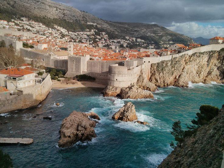 Dubrovnik vormt het decor voor King's Landing, de hoofdstad van het koninkrijk en thuisstad van de IJzeren Troon. Gelegen aan de azuurblauwe zee en omringd door imposante muren was dit een ideale keuze.