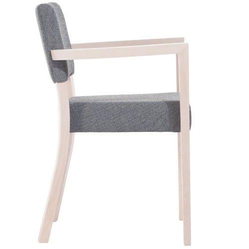 De volledig #houten stoelen zijn door de jaren altijd erg populair geweest. Hun focus: stoelen van hoge kwaliteit, maar met een simpel ontwerp. Treviso is een van de weinige stoelen die #TON maakt die volledig bekleed is: er is geen volledig houten versie van de stoel. Toch doet dit niet af aan kwaliteit, aangezien Treviso gemaakt is van duurzame materialen van hoge kwaliteit. Ook de gebogen houten poten geven het ontwerp van Treviso een unieke kwaliteit.