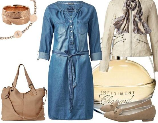 Outfit met een denim casual jurk als hoofdrol van de outfit met bruine schoenen en tas, en gouden sieraden als accent.