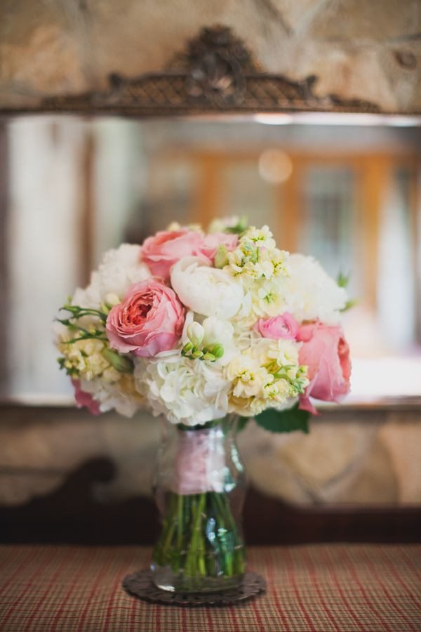 garden rose, hydrangea, sweet pea, and ranunculus bouquet | Loft Photographie #wedding