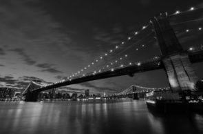 DecoArt24.pl Brooklyn Bridge nocą BW - fototapeta - Znane Budowle - ARCHITEKTURA - FOTOTAPETY