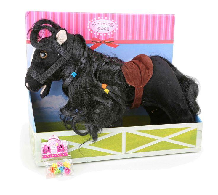 Dit absoluut schattige pony-meisje heeft bonte knippen in de lange staarten en uitnodigd om te kappen. Het zakje met 6 haar elastiek is ook erbij! De clou: Als op de oren wordt gedrukt weerklinkt gieren, gesnuif, hoefgetrappel en het hoofd en de snoet kunnen zich bewegen. Levensechter kan een speeltuig niet zijn. Zonder batterijen.