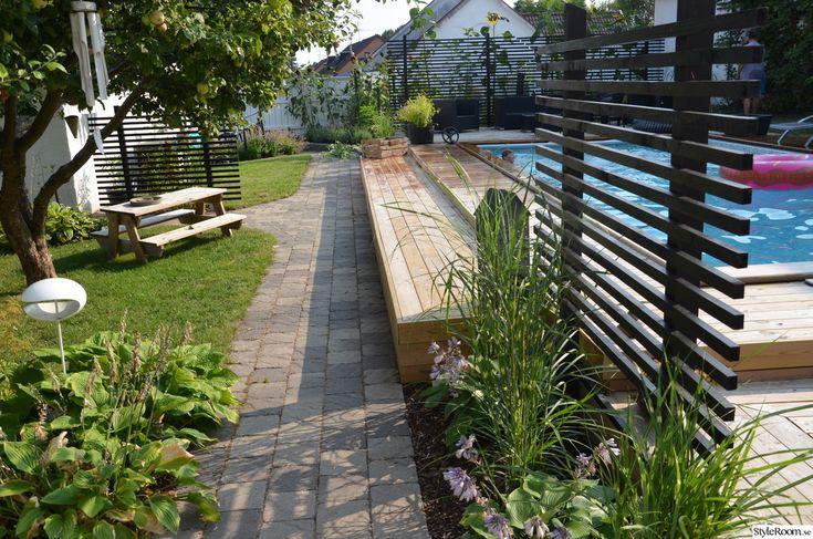 trädgårdsgång,gräs,altan,trädäck,pool,spaljé,svart spalje,trädgård