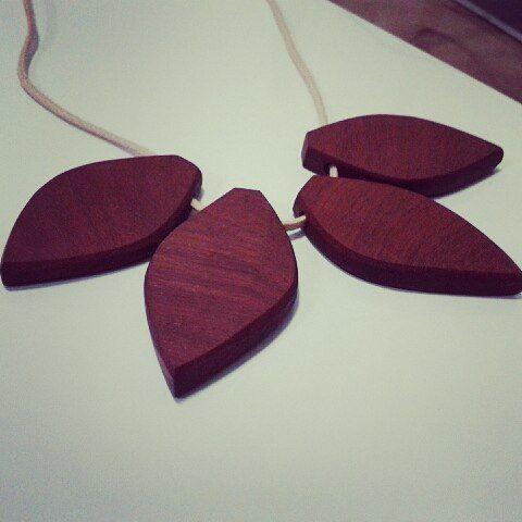 Lindo colar em madeira ..!!  Madeira de reaproveitamento... oque  antes era lixo agora é luxo ..!  》 》  》  #woods #style #acessorios #mulher #woman #brilho #personalidade #blogueiras #art #arte #artesanal #ideias #ideiasdiferentes #joias #biju #artwork #woodworking #accessories #colar  #sustentabilidade  #woodwork  #desing #decoradoras #decor