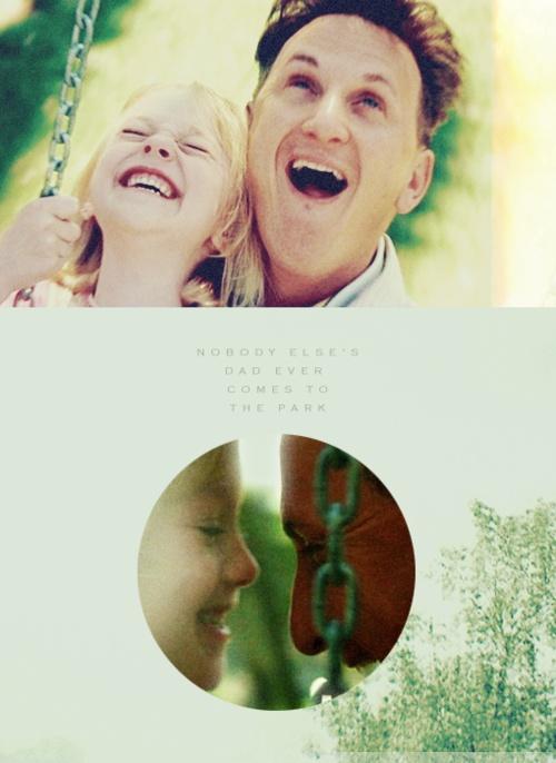 """Yo Soy Sam - """"No pasa nada papá, está bien, no lo sientas. Tengo suerte. Ningún otro papá acompaña a su hija al parque."""""""