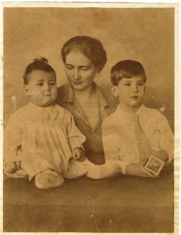 Regina Maria a Iugoslaviei (Mărioara, Mignon) cu primii doi copii, Petru şi Tomislav.