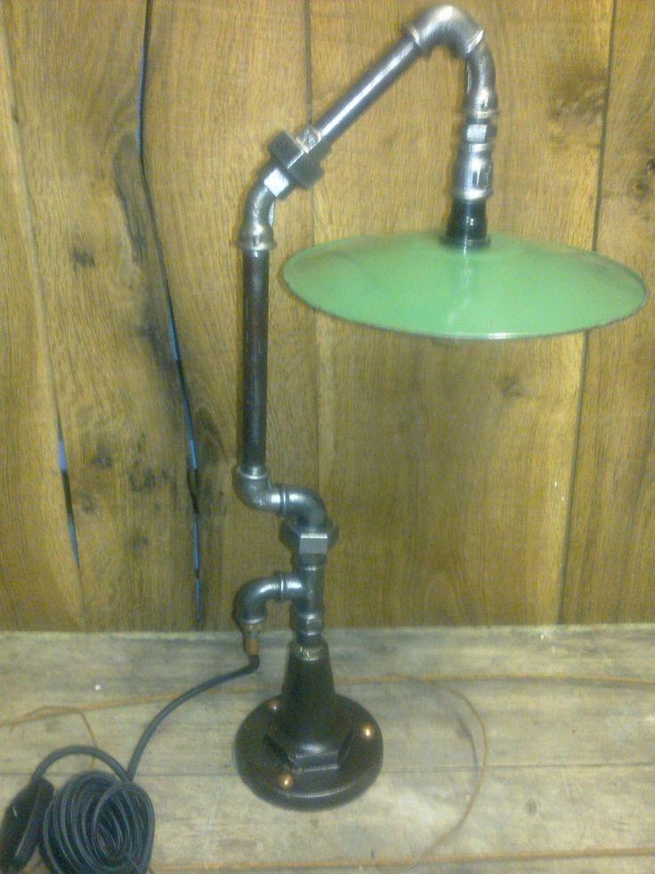 De l'upcycling pur jus . Abat-jour tôle émaillé , tubes et raccords de plomberie , fil rayonne noire et inter à variateur .