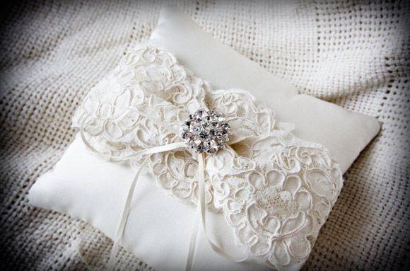 Elegante cojin para las alianzas de boda