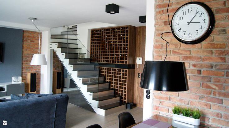 Salon - przy schodach winiarka. proj. RED design - zdjęcie od RED design - Salon - Styl Nowoczesny - RED design