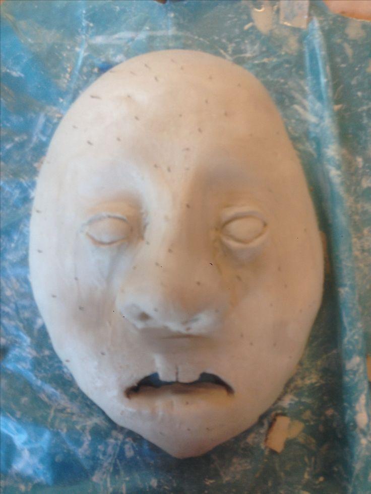 vandaag heb ik de ogen verder gemaakt en ben ik begonnen met de mond. ik vond de ogen een beetje te klein, maar ik kan ze niet meer groter maken. bij de mond heb ik het gat al uitgesneden en ben ik aan het experimenteren met de tanden. ik wil dat er maar 2 tanden zichtbaar zijn dus daarom heb ik eer ook maar 2 gemaakt. (ik was vergeten een foto te maken voor het nat maken van het masker dus vandaar de stipjes.)