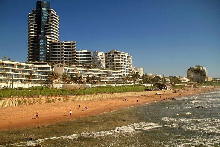 A mais famosa e badalada praia de Durban está situada ao norte da cidade, em uma região conhecida como Umhlanga Rocks. É nessa faixa do litoral sul-africano que o turista encontra praias com boa estrutura como bares, restaurantes e até segurança particular