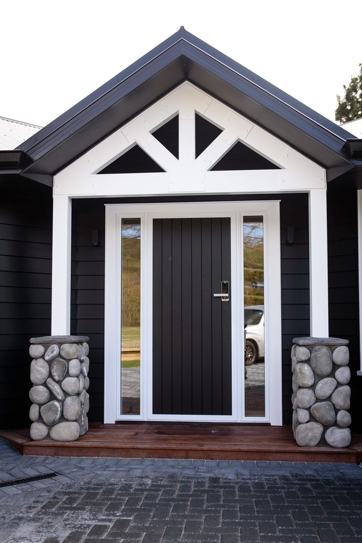 A gorgeous black and white colour scheme makes a beautiful entrance and the stone creates a memorable feature in the entrance way of this G.J.Gardner home.