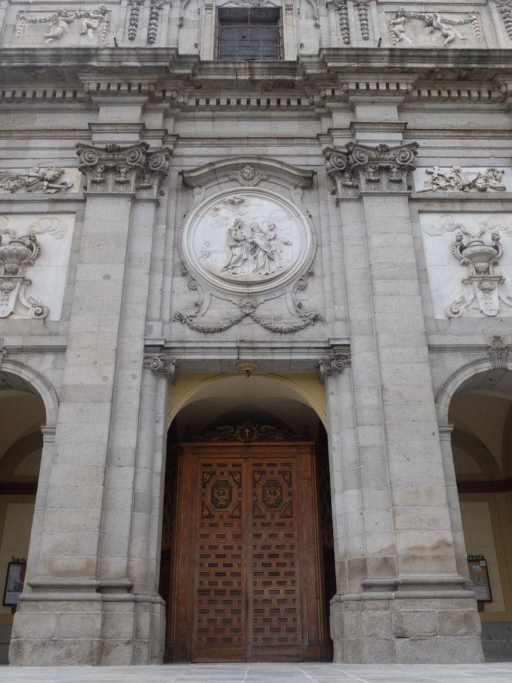 Fachada. La puerta central esta ubicada tras un pórtico rectangular, las laterales bajo arcos. Todas las figuras de los tableros y medallones superiores son de Guivanni Domingo Olivieri