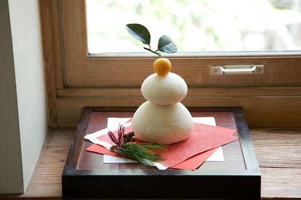 鏡餅には和紙を敷き、松と実ものを水引で束ねた飾りを添えて。/和スタイルの楽しみ方(「はんど&はあと」2013年1月号)