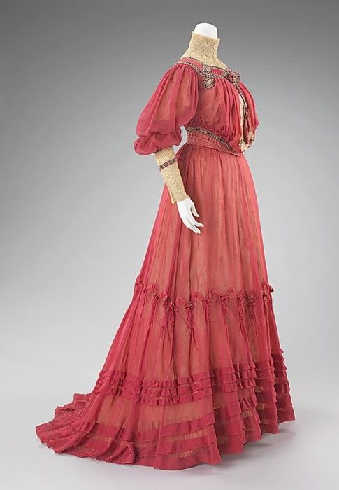 Afternoon dress by Jacques Doucet, ca 1903 Paris, the Met Museum Possibly worn by a member of the Astor family.