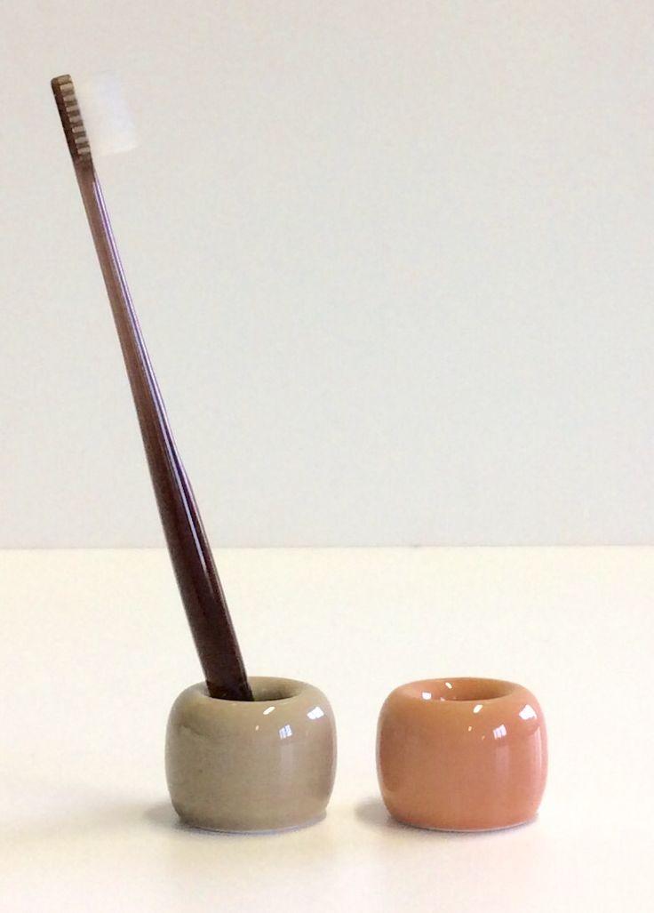 Portaspazzolino in ceramica colori cipria e fango. Diametro cm.4