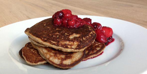 Zin in een voedende lunch en jezelf eens lekker te verwennen?!  Dit recept voor havermout pannenkoeken is waanzinnig lekker en gezond!  Wat heb je nodig?   Voor 5 stuks:  - 35 gram havermout meel (vermaal je normale havermoutvlokken - tot meel in een keukenmachine) - 1 banaan - 1 ei - 1 tl bakpoeder - Klein scheutje (plantaardige) melk – 1 el honing of agave siroop - 1 tl kaneel - Zout - Kokosolie (of olijfolie/roomboter)