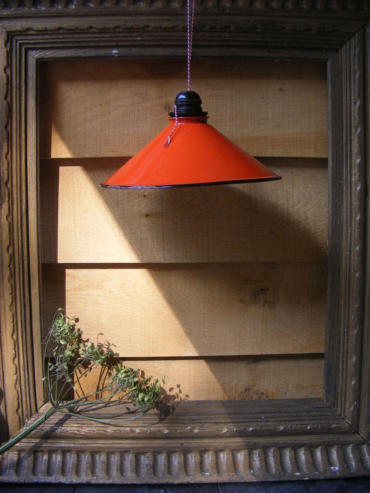 Oude emaillen lampenkap in Brocante lijst
