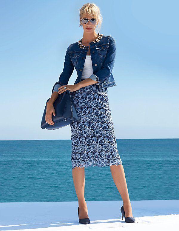 Die Jeansjacke mit wertvoll verarbeiteten Ziersteinen ist ein stilsicherer Kombi-Partner.