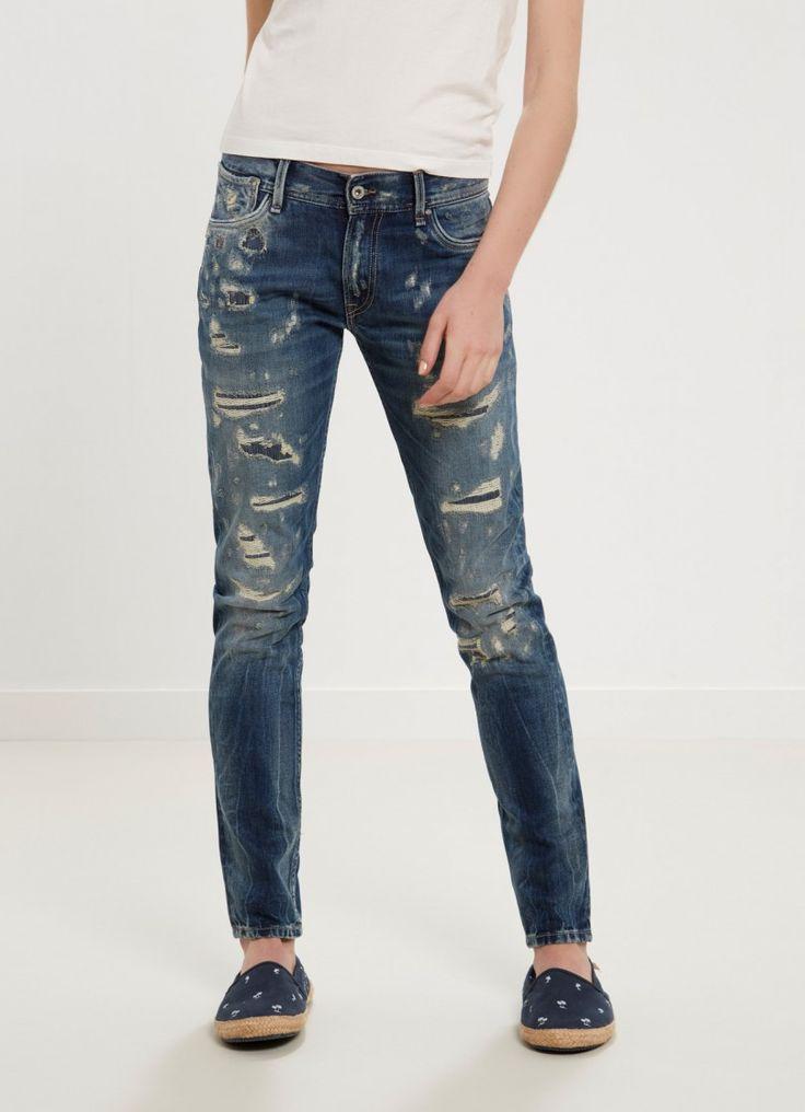 Jean de cinco bolsillos ribeteados. Detalle de rotos en la parte delantera. Fit comfort y cintura estándar.