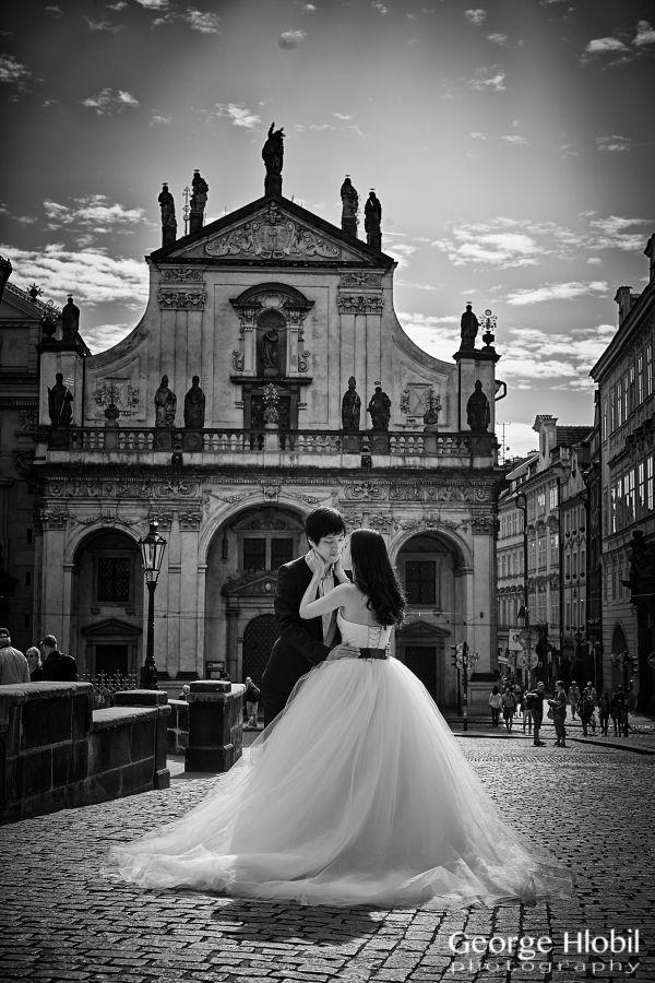 Romantic pre-wedding photo shooting in Prague, Old Town