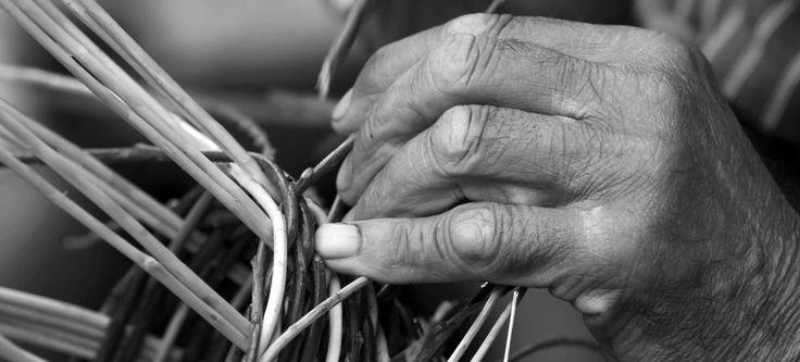 CondividiCondividiL'arte di intrecciare la paglia è uno dei più antichi mestieri che si è sviluppato sul territorio riminese antico. Rimini, sviluppandosi tra campo pianeggianti, offriva l'habitat ideale a numerose tipologie di piante che essiccate potevano formare dei fili legnosi flessibili e robusti allo stesso tempo, che con l'ingegno degli uomini romagnoli del tempo diventarono cesti, …Condividi