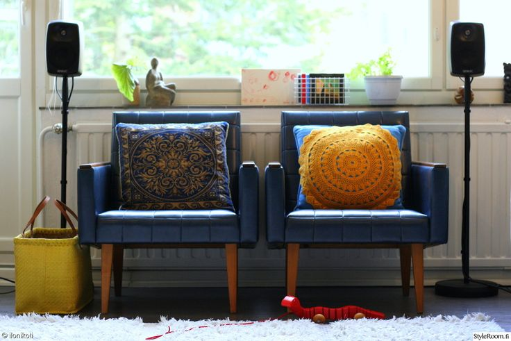 Retrohenkinen nojatuolipari on kovin suloinen #styleroom #nojatuoli #olohuone #retro #sisustus Täällä asuu: kotiAni