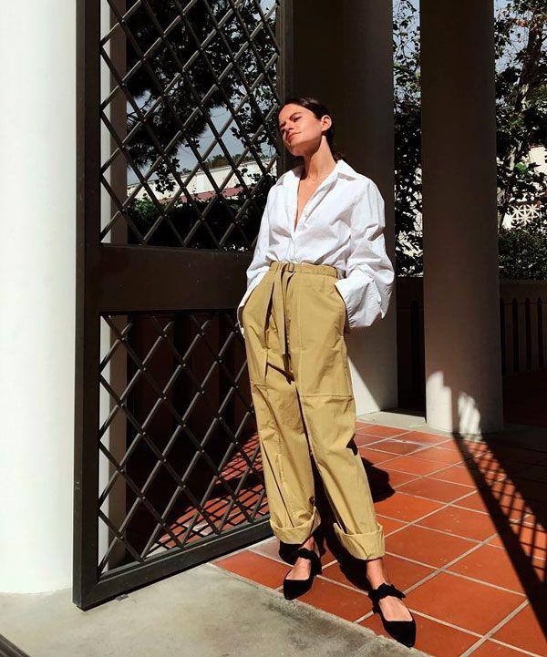Look com calça clochard + camisa e branca e mule.