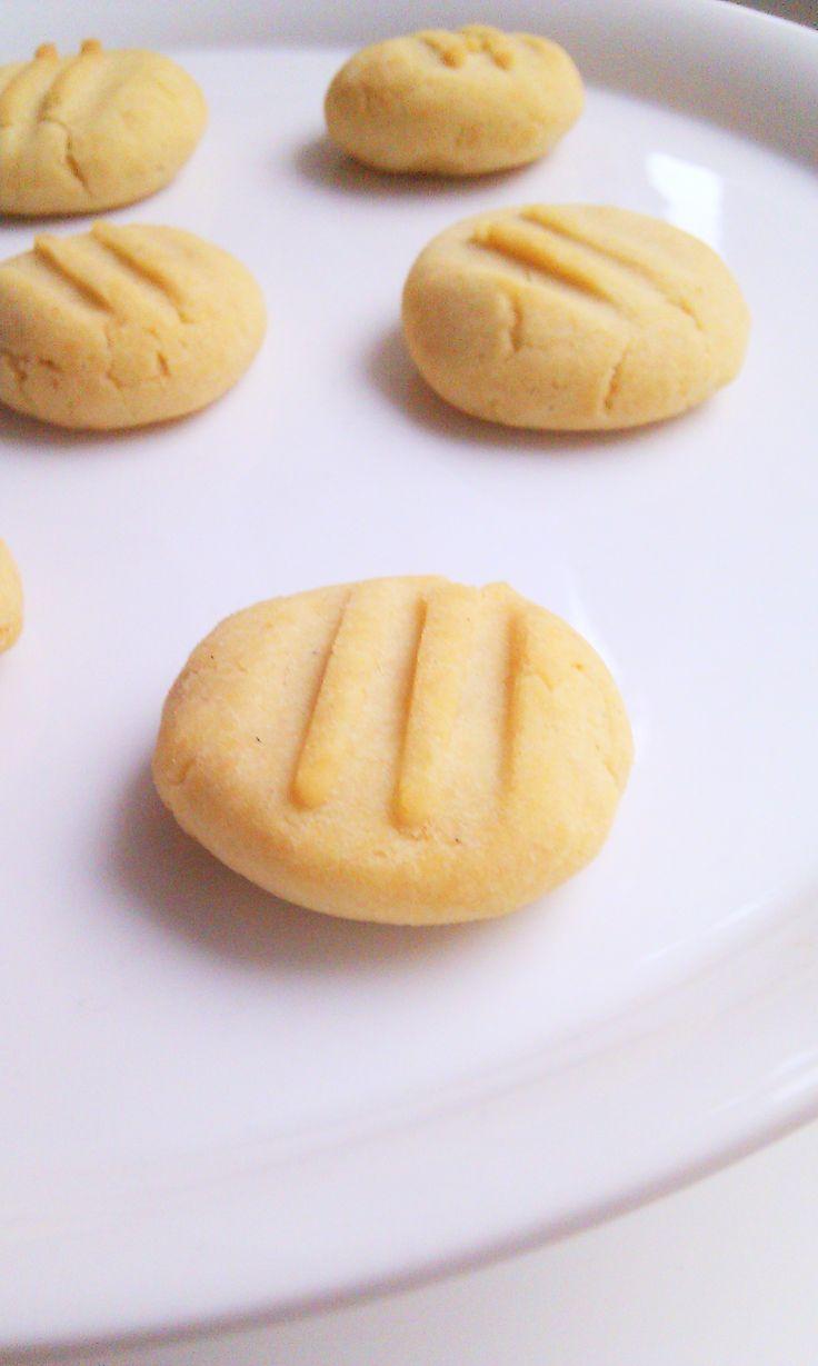 Plätzchen – mit Reismehl gebacken. Das klingt zunächst einmal ungewöhnlich und ist es sicher auch. Doch was, wenn ich euch verrate, dass diese glutenfreien kleinen Leckerchen nicht nur gut sc…
