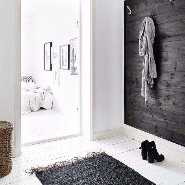 """""""Genomgående vita golv är väldigt fint! Här från min senaste styling. #mystyling #blackbirdstyle #fotografjonasberg #market29haga #tellmemore #hall…"""""""