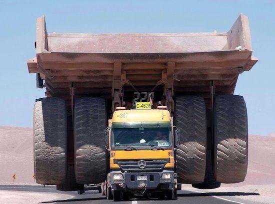 Zo vervoer je de grootste truck ter wereld - Caterpillar 797B op een Mercedes Actros