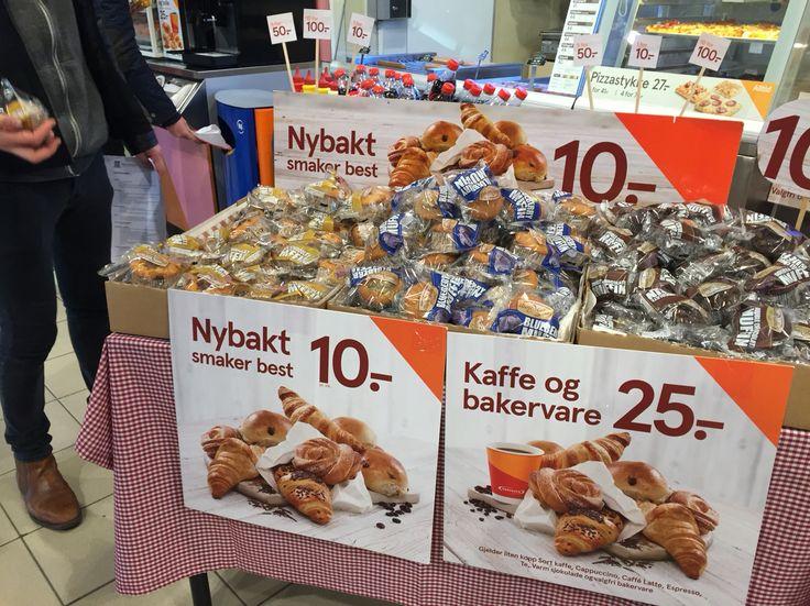 Helt nybakte kan man vel ikke anklage ferdigpakkede muffins for å være? Eksponering fra Narvesen Lillestrøm togstasjon.