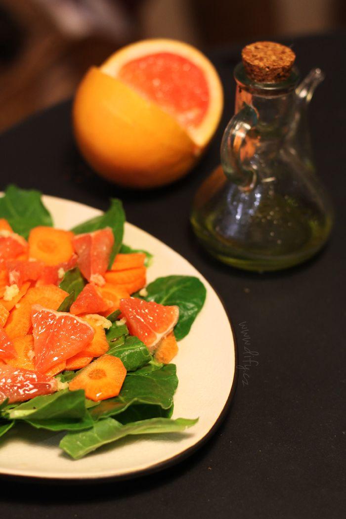 Salát z čerstvých špenátových lístků s grepem a mrkví