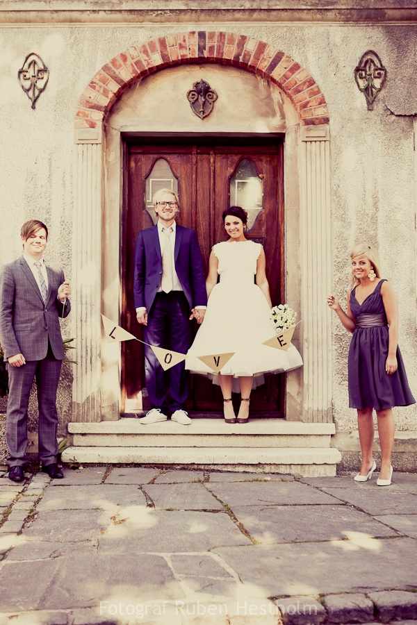 Help from bridesmaids with cool photos