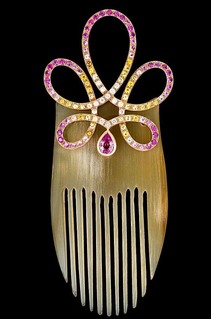 Queen Gift LALIQUÉ Pettine fermacapelli 1888 Ardente Saphir Or Oro rosa 18 ct 750/1000 Corno 47 zaffiri rosa 1 zaffiro rosa 26 zaffiri arancioni 18 zaffiri gialli 12 diamanti