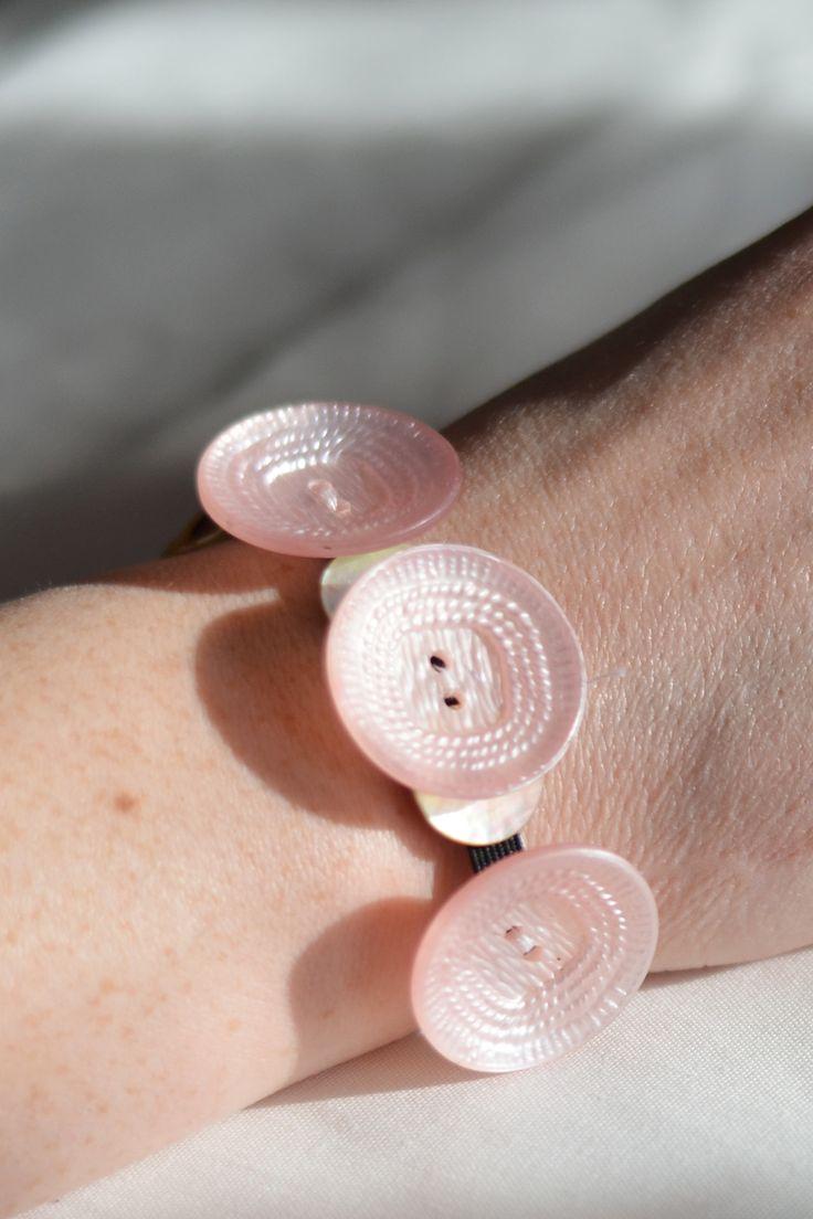 Armband av återbrukade knappar - Diagnos:Kreativ