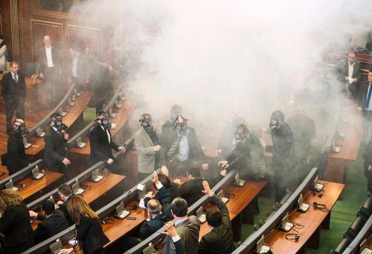 Mit Gasmasken im Parlament: Im Kosovo hat die nationalistische Opposition erneut eine Parlamentssitzung mit dem Einsatz von Tränengas vereitelt. Eine Abgeordnete der Partei Vetevendosje (Selbstbestimmung) warf am Freitagvormittag eine Tränengasgranate. Einige Abgeordnete hatten vorsorglich Gasmasken aufgesetzt, andere verließen den Plenarsaal. Mehr Bilder des Tages auf: http://www.nachrichten.at/nachrichten/bilder_des_tages/ (Bild: AFP)