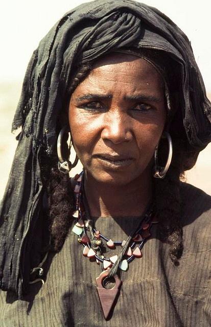 Africa | Tuareg woman.  Ténéré, Niger | ©Georges Courreges