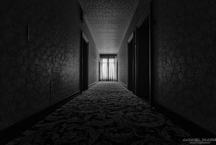 Un corridoio, buio, del Grand Hotel, a cinque stelle.