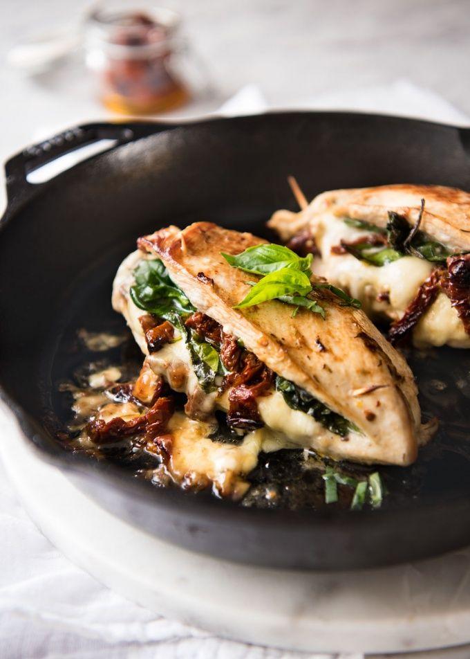 jugosa pechuga de pollo untado con sabores italianos a continuación, relleno de espinacas, tomate secado al sol y queso.  5 minutos de preparación, sin marinado necesario!