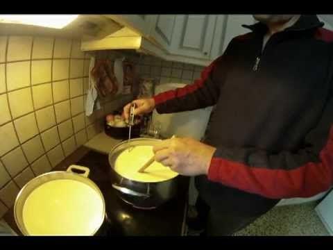 Φτιάχνω τυρί Γραβιέρα -Μυζήθρα μέρος πρώτο Στην φέτα μπορείς να βάλεις πρόβειο με 15% κατσικίσιο , αν την θες σκληρή Εγώ την πήζω στους 28-30 βαθμούς (ρίχνω την πυτιά) Δεν την κόβουμε σε τόσο ψιλά κομμάτια αλλά 5χ5 εκατοστά περίπου και δεν κάνουμε αναθέρμανση, μετά το κόψιμο μπαίνει στο καλούπι Στραγγίζει την βγάζουμε την κόβουμε σε κομμάτια τέτοια ώστε να χωράνε στον τενεκέ αλατίζουμε στεγνώνει για 10 μέρες και μπαίνει στην άρμη