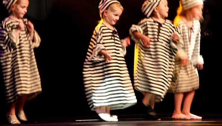 Streetdance uitvoering juni 2011 - kleuters Heinenoord doen de boevendan...